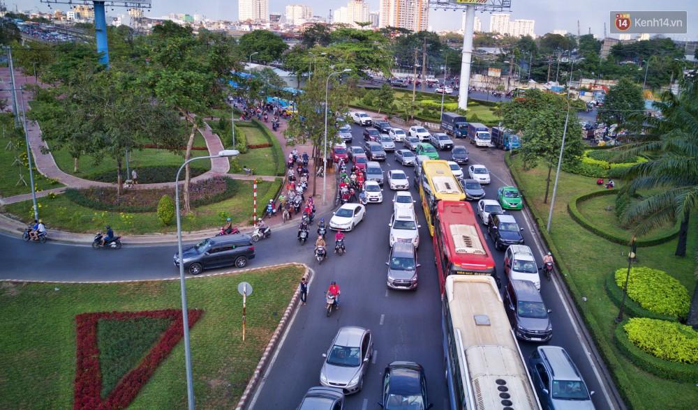 Chùm ảnh Flycam ấn tượng về cảnh đông đúc tại cửa ngõ bến xe miền Đông ngày 26 Tết - Ảnh 10.