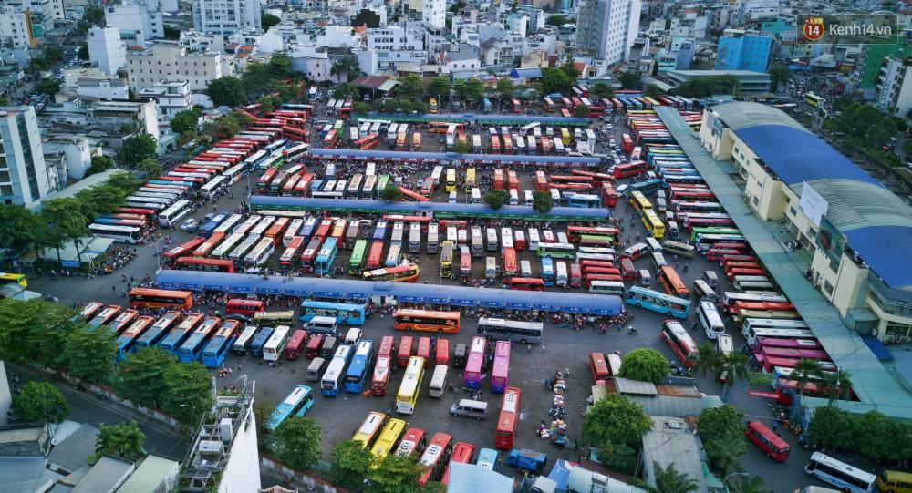 Chùm ảnh Flycam ấn tượng về cảnh đông đúc tại cửa ngõ bến xe miền Đông ngày 26 Tết - Ảnh 2.