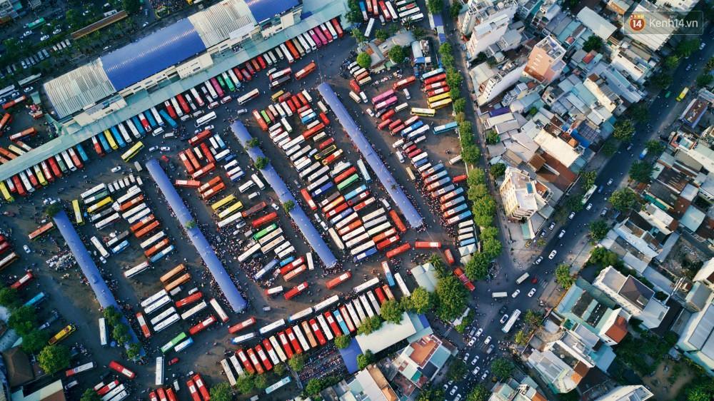 Chùm ảnh Flycam ấn tượng về cảnh đông đúc tại cửa ngõ bến xe miền Đông ngày 26 Tết - Ảnh 1.