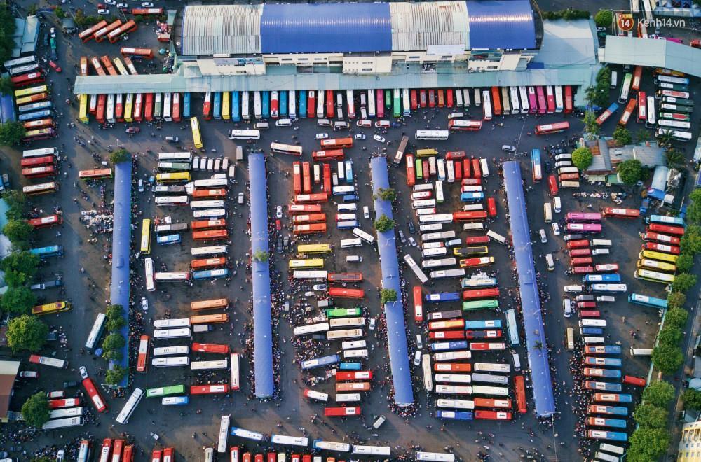 Chùm ảnh Flycam ấn tượng về cảnh đông đúc tại cửa ngõ bến xe miền Đông ngày 26 Tết - Ảnh 3.