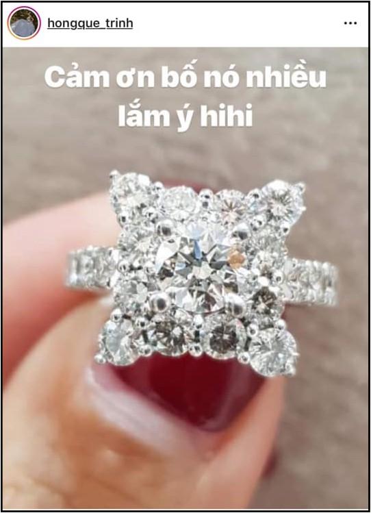 Khoe nhẫn kim cương nửa tỷ đồng cùng chia sẻ ẩn ý, Hồng Quế khiến khán giả xôn xao đồn đoán đã quay lại với bố của con gái - Ảnh 1.