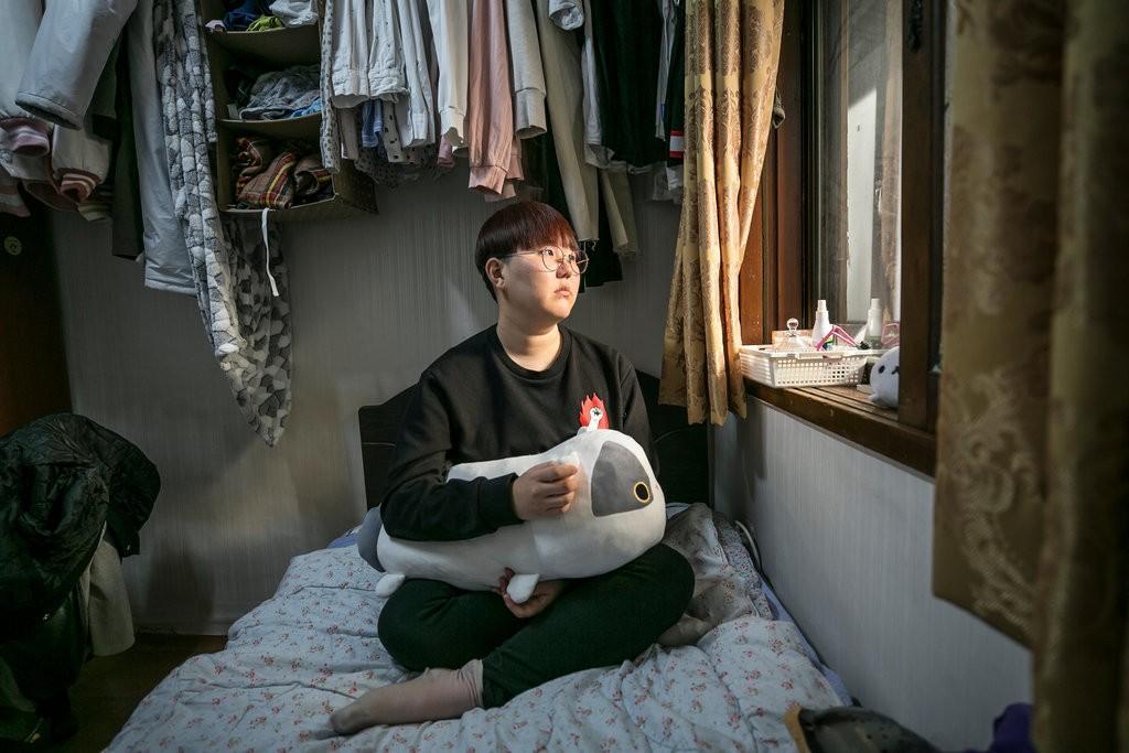 """""""Escape the corset"""": Khi phụ nữ Hàn Quốc thoát khỏi nỗi ám ảnh về cái đẹp hoàn mỹ đến từ mỹ phẩm và dao kéo - Ảnh 2."""