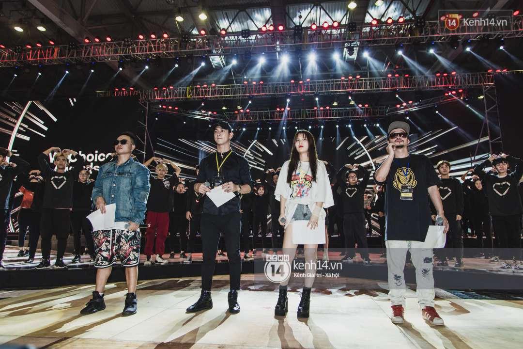 Song Luân, Han Sara, Hiền Hồ tích cực tập luyện cho loạt ca khúc chủ đề được dàn dựng hoành tráng tại Gala WeChoice Awards 2018 - Ảnh 4.