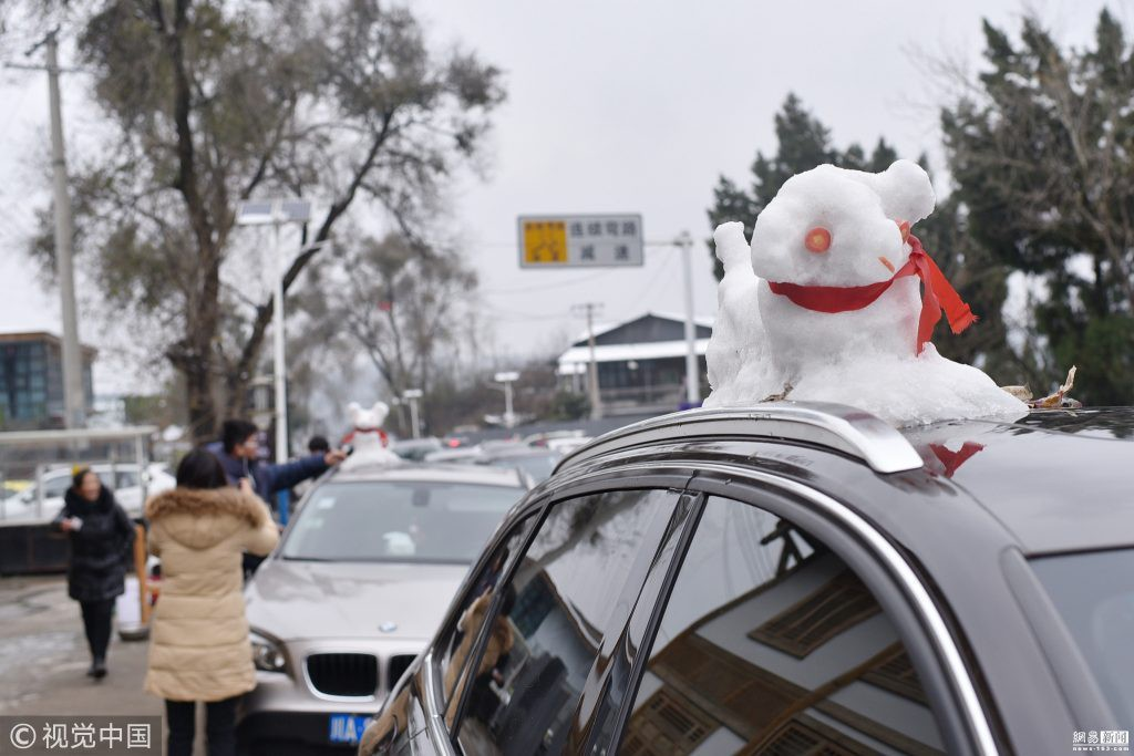 Tuyết rơi bất thường ở Thành Đô, người dân nhanh trí nặn thú tuyết bán ào ào cho du khách - Ảnh 3.