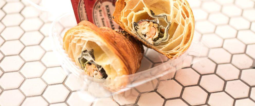 Cạn lời với món bánh sừng trâu California kiểu Mỹ: bỏ cả sushi vào làm nhân - Ảnh 1.