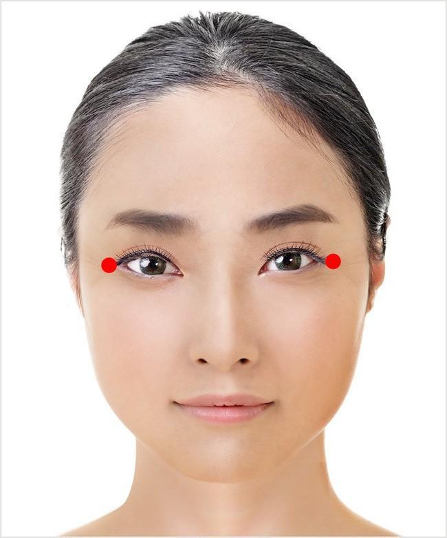 Đây là kỹ thuật massage 1 phút tuyệt vời của Nhật Bản giúp cho đôi mắt của bạn trông trẻ hơn vài tuổi - Ảnh 4.