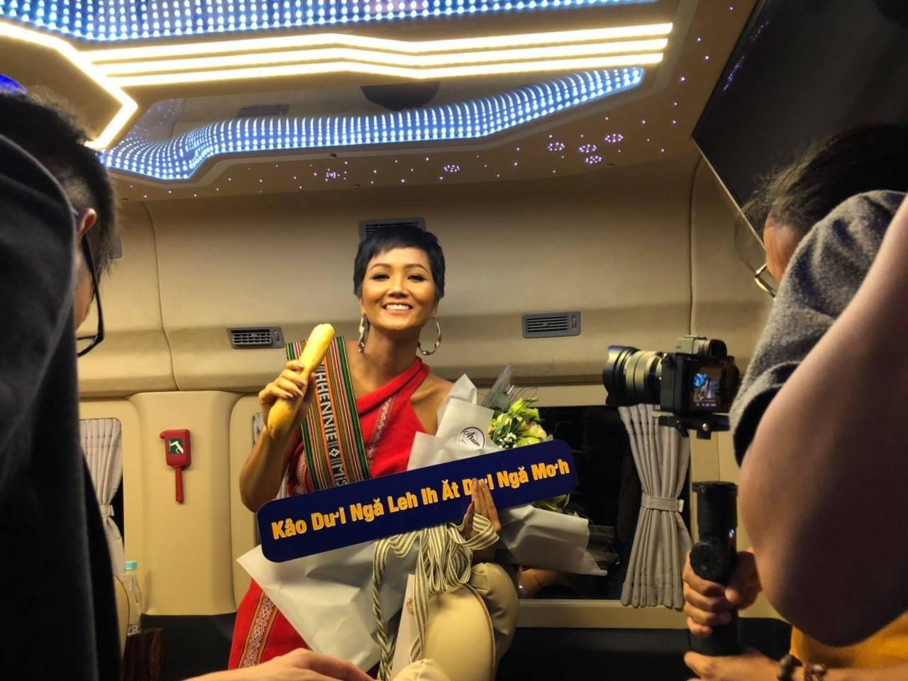 HHen Niê hạnh phúc trở về trong vòng tay chào đón của người dân Đăk Lăk sau thành tích Top 5 Miss Universe 2018 - Ảnh 5.