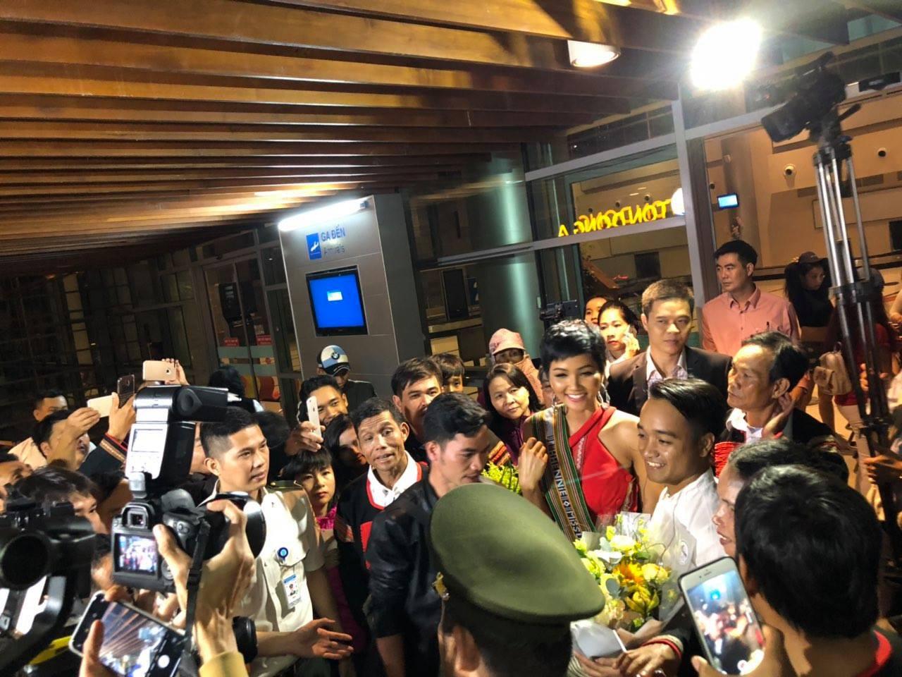 HHen Niê hạnh phúc trở về trong vòng tay chào đón của người dân Đăk Lăk sau thành tích Top 5 Miss Universe 2018 - Ảnh 1.