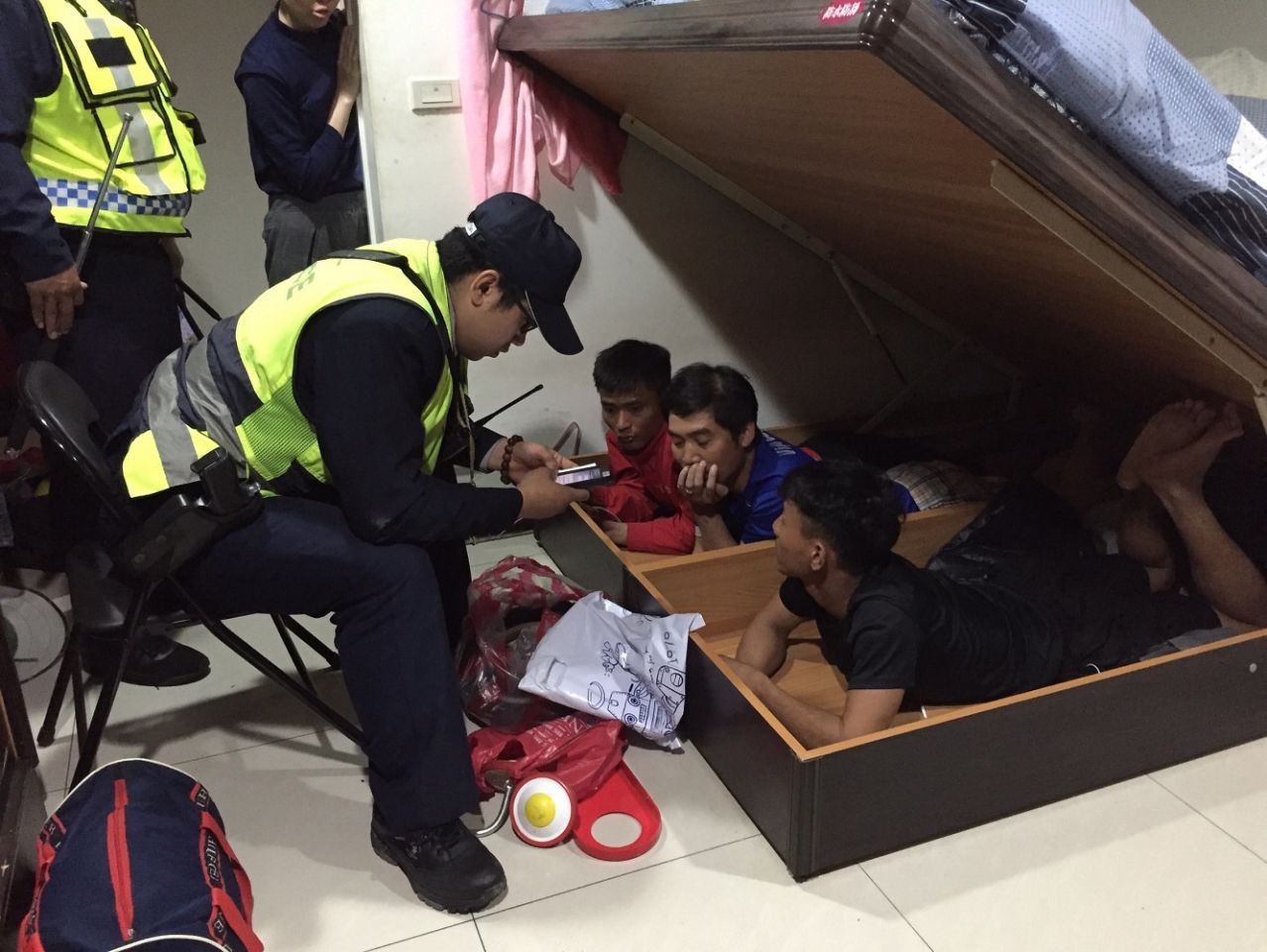 Taiwan arrested for drug use, Vietnamese youth took home to arrest three more friends hiding under the bed - Photo 2