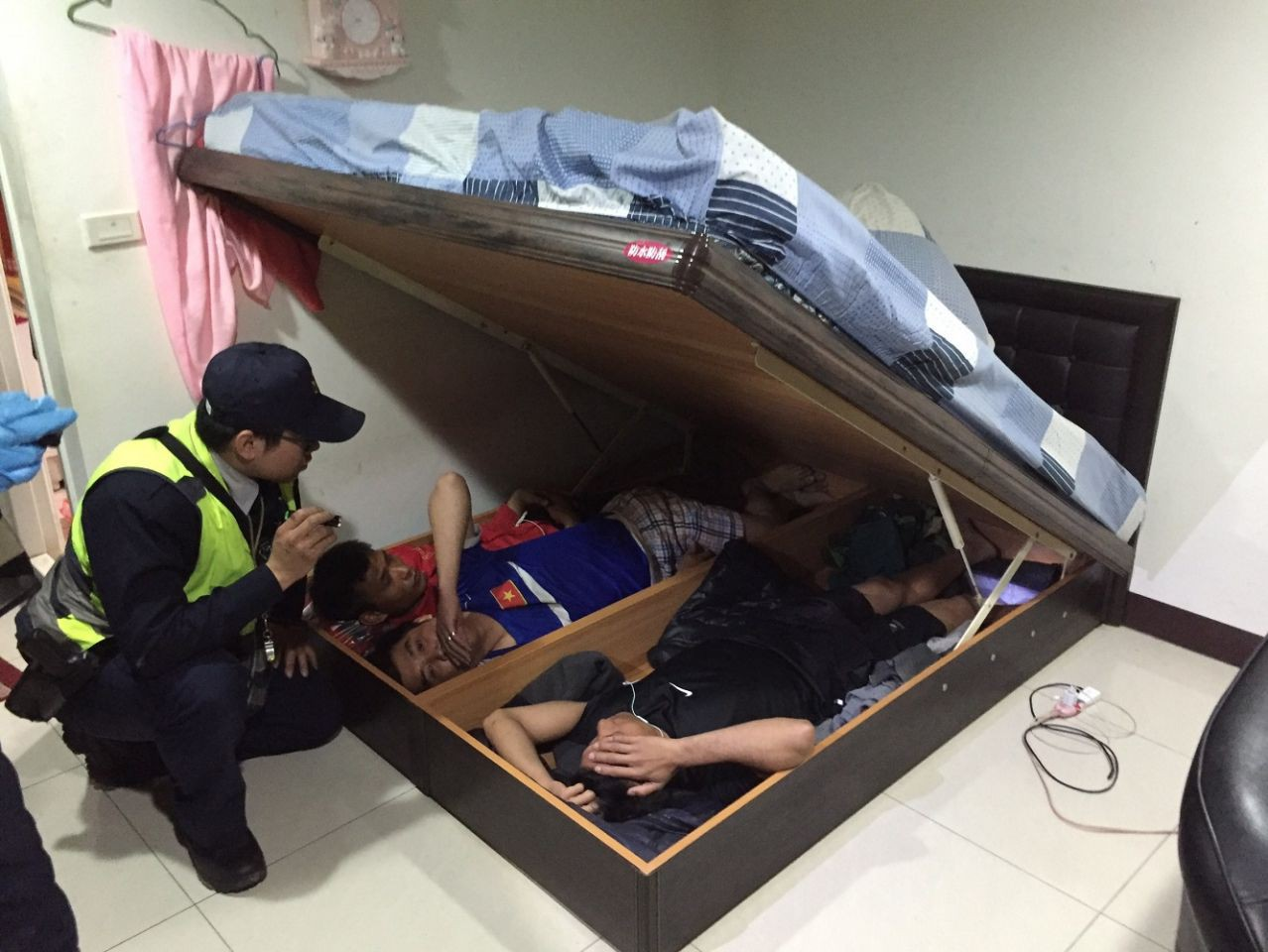 Taiwan has been arrested for using drugs, the Vietnamese has taken home for arresting 3 more people hiding beneath the bed - Photo 1