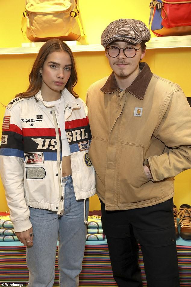 Khoe bạn gái mới tại sự kiện, nhưng Brooklyn Beckham lại gây chú ý vì ngoại hình như ông chú trung niên - Ảnh 2.