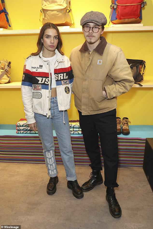 Khoe bạn gái mới tại sự kiện, nhưng Brooklyn Beckham lại gây chú ý vì ngoại hình như ông chú trung niên - Ảnh 4.