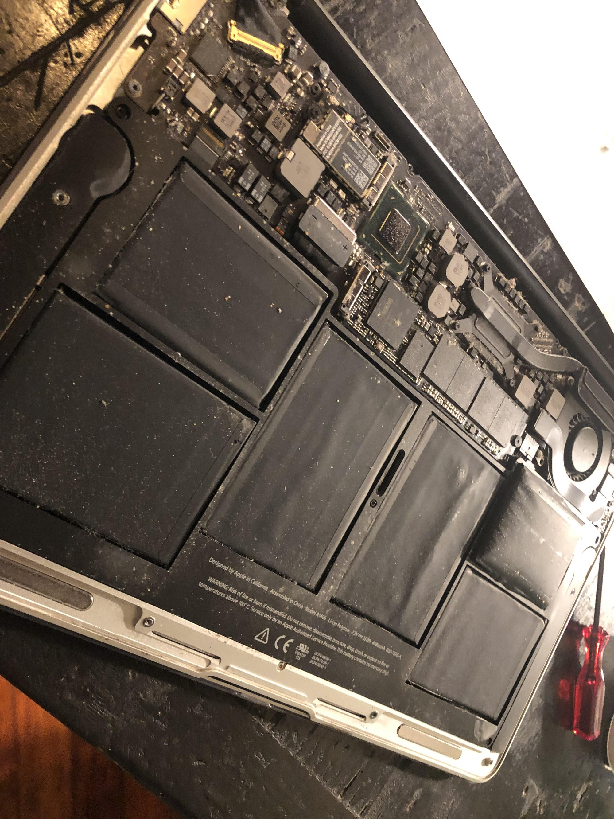 Hiểm họa chết người khi dùng laptop lâu năm không phải ai cũng biết, nhất là những loại như MacBook - Ảnh 1.
