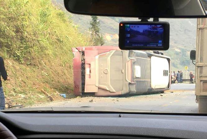 Xe khách lật nhào giữa đường, đè chết người đi xe máy - Ảnh 1.
