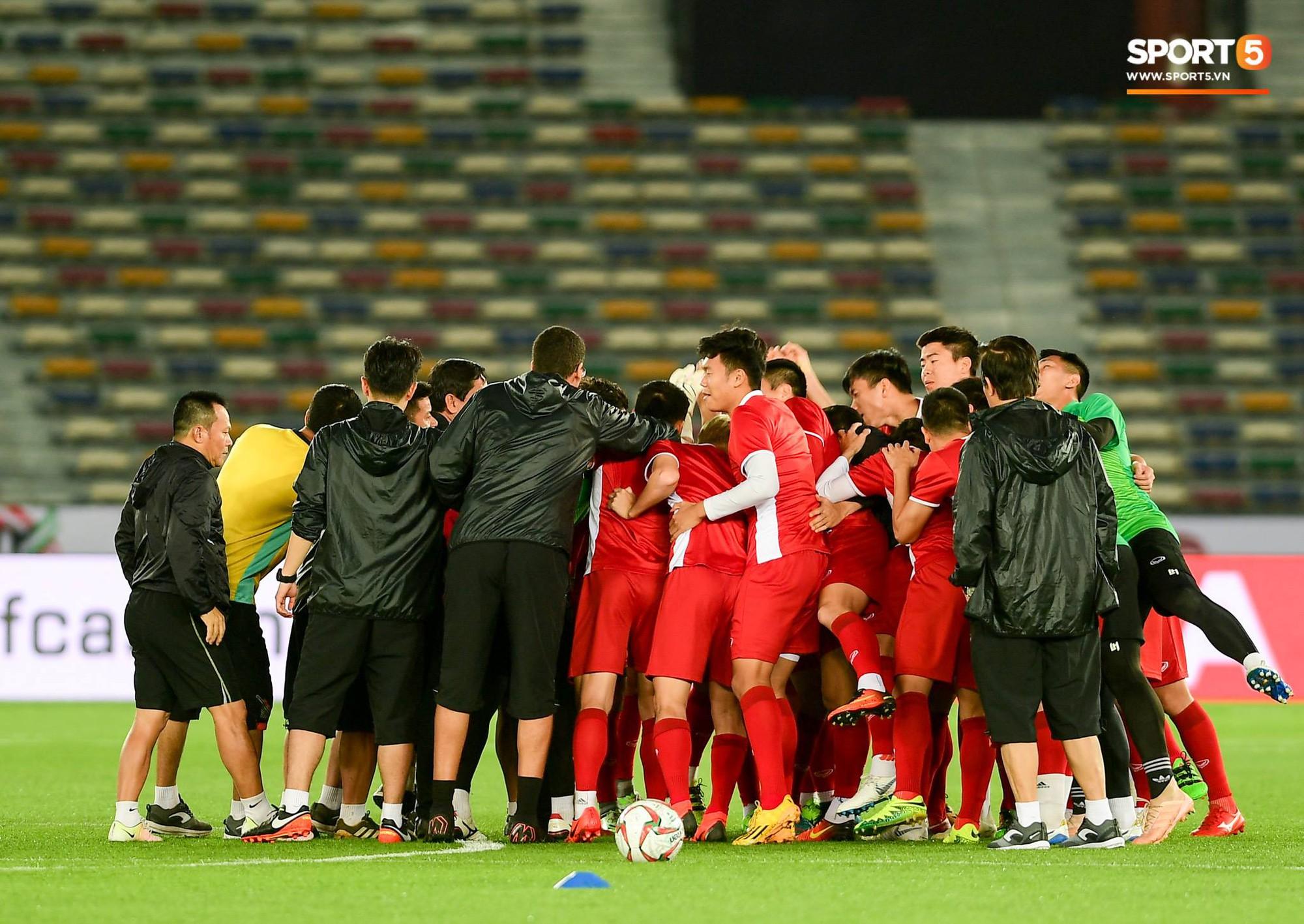 Công Phượng, Văn Hậu cười tít mắt trên sân đấu đẹp như mơ tại UAE - Ảnh 11.