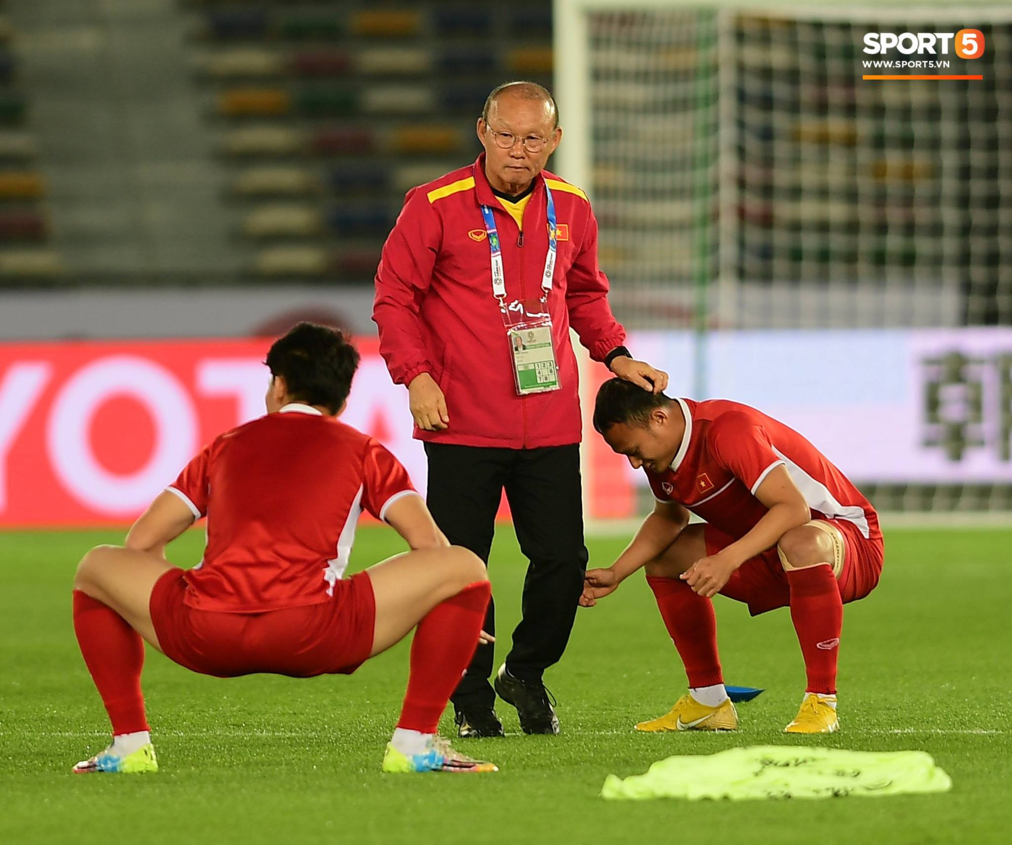 Công Phượng, Văn Hậu cười tít mắt trên sân đấu đẹp như mơ tại UAE - Ảnh 2.