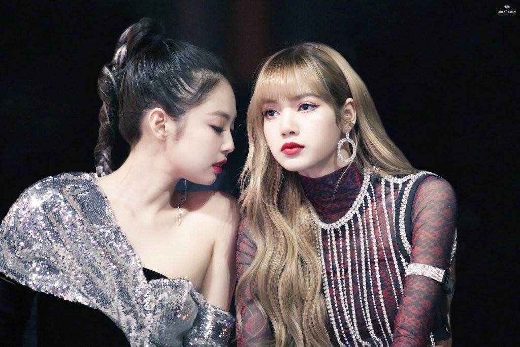 """Jennie và Lisa chung khung hình: mỹ nhân được o bế vẫn không cá tính, thần thái bằng """"búp bê Thái""""? - Ảnh 3."""