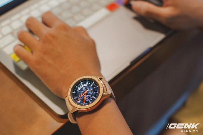 Cận cảnh Samsung Galaxy Watch chính thức tại Việt Nam: Kiểu dáng thanh lịch, màu sắc thời trang giá 7 triệu đồng - Ảnh 1.