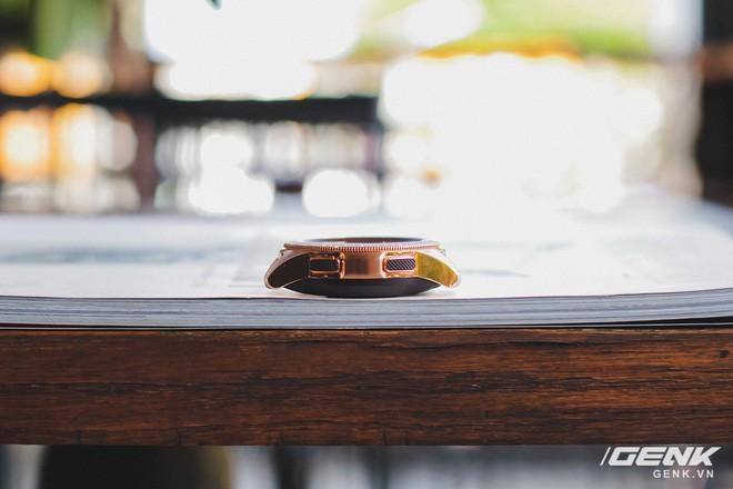Cận cảnh Samsung Galaxy Watch chính thức tại Việt Nam: Kiểu dáng thanh lịch, màu sắc thời trang giá 7 triệu đồng - Ảnh 7.