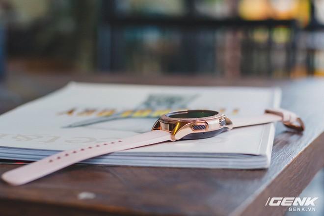 Cận cảnh Samsung Galaxy Watch chính thức tại Việt Nam: Kiểu dáng thanh lịch, màu sắc thời trang giá 7 triệu đồng - Ảnh 8.