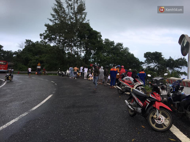 Nóng: Xe khách chở 21 sinh viên lao xuống đèo Hải Vân, 1 người tử vong - Ảnh 3.