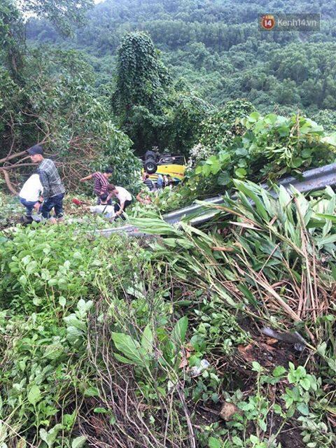 Nóng: Xe khách chở 21 sinh viên lao xuống đèo Hải Vân, 1 người tử vong - Ảnh 2.