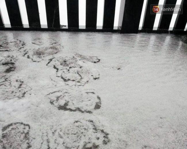 Đỉnh Fansipan xuống 4 độ C, tuyết bắt đầu rơi và phủ trắng xoá khiến du khách thích thú - Ảnh 5.