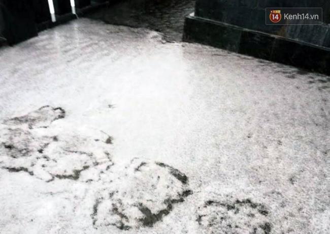 Đỉnh Fansipan xuống 4 độ C, tuyết bắt đầu rơi và phủ trắng xoá khiến du khách thích thú - Ảnh 1.