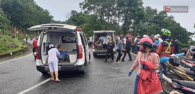 Nóng: Xe khách chở 21 sinh viên lao xuống đèo Hải Vân, 1 người tử vong - Ảnh 4.