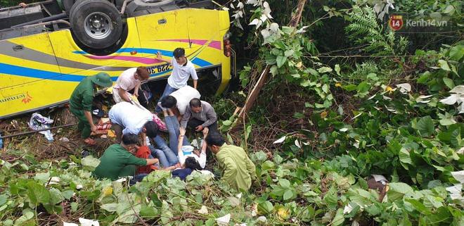 Nóng: Xe khách chở 21 sinh viên lao xuống đèo Hải Vân, 1 người tử vong - Ảnh 7.