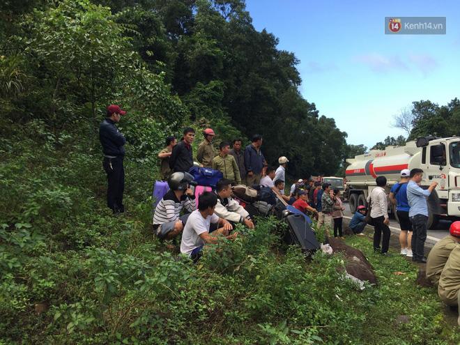 Nóng: Xe khách chở 21 sinh viên lao xuống đèo Hải Vân, 1 người tử vong - Ảnh 10.
