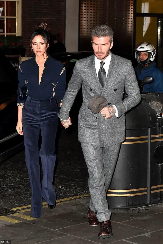Vợ chồng Beckham nắm chặt tay để chứng minh vẫn hạnh phúc, nhưng biểu cảm của Vic lại gây phản tác dụng - Ảnh 2.