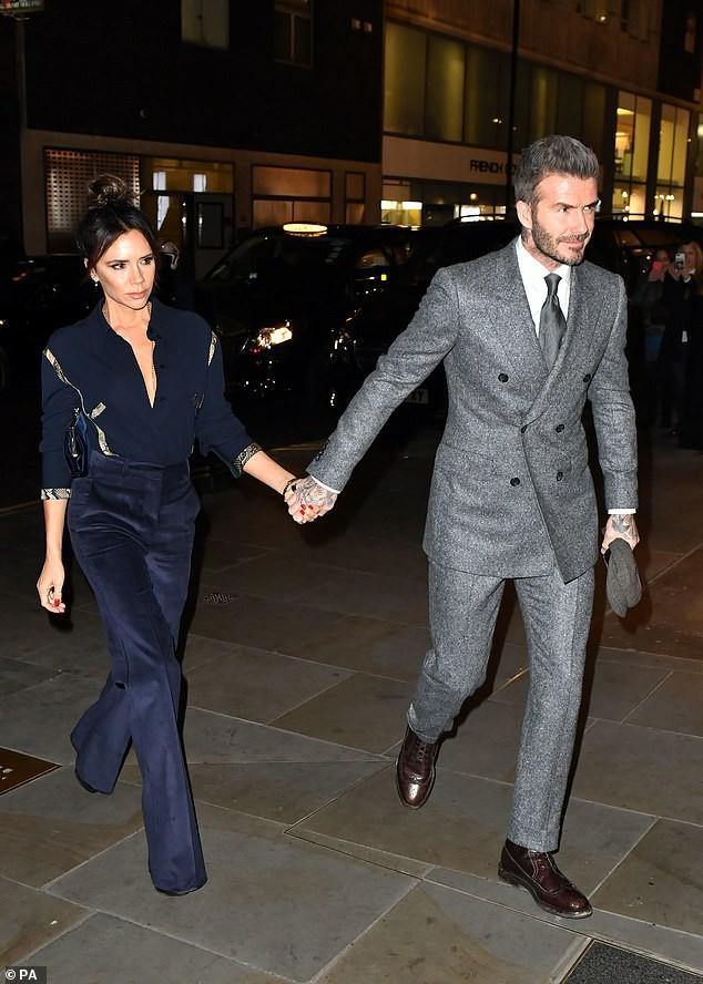 Vợ chồng Beckham nắm chặt tay để chứng minh vẫn hạnh phúc, nhưng biểu cảm của Vic lại gây phản tác dụng - Ảnh 3.