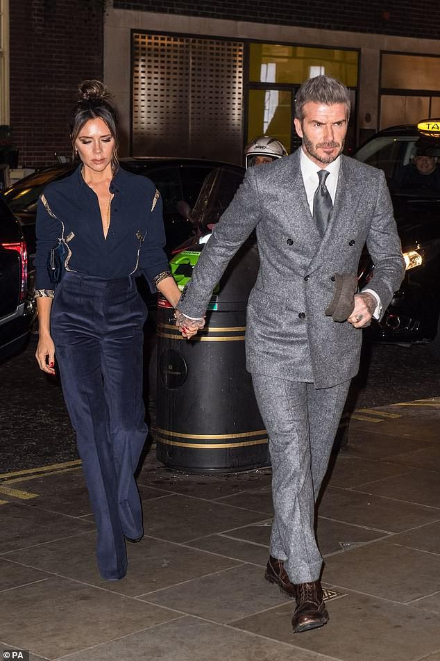 Vợ chồng Beckham nắm chặt tay để chứng minh vẫn hạnh phúc, nhưng biểu cảm của Vic lại gây phản tác dụng - Ảnh 4.