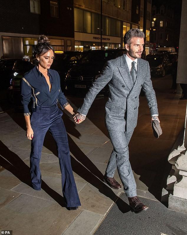 Vợ chồng Beckham nắm chặt tay để chứng minh vẫn hạnh phúc, nhưng biểu cảm của Vic lại gây phản tác dụng - Ảnh 5.