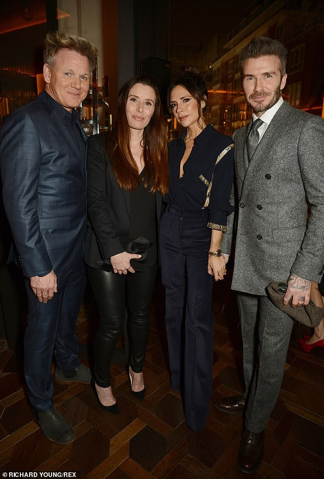 Vợ chồng Beckham nắm chặt tay để chứng minh vẫn hạnh phúc, nhưng biểu cảm của Vic lại gây phản tác dụng - Ảnh 8.