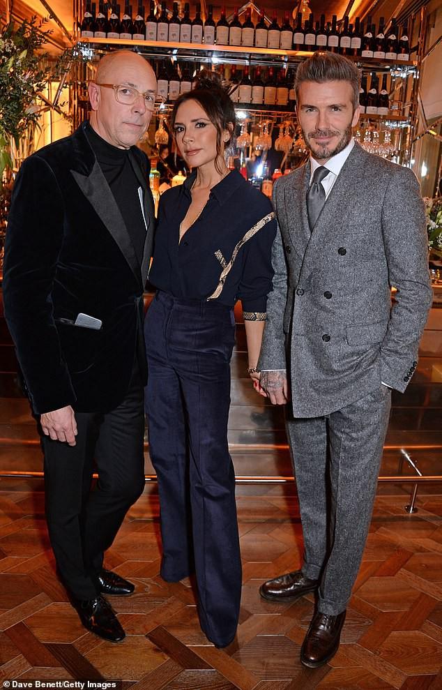 Vợ chồng Beckham nắm chặt tay để chứng minh vẫn hạnh phúc, nhưng biểu cảm của Vic lại gây phản tác dụng - Ảnh 9.