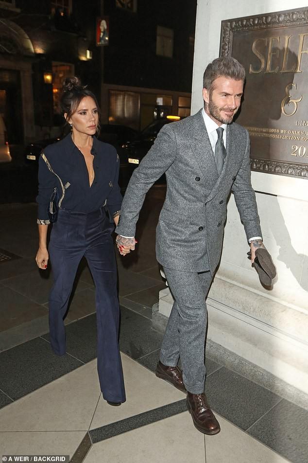 Vợ chồng Beckham nắm chặt tay để chứng minh vẫn hạnh phúc, nhưng biểu cảm của Vic lại gây phản tác dụng - Ảnh 1.