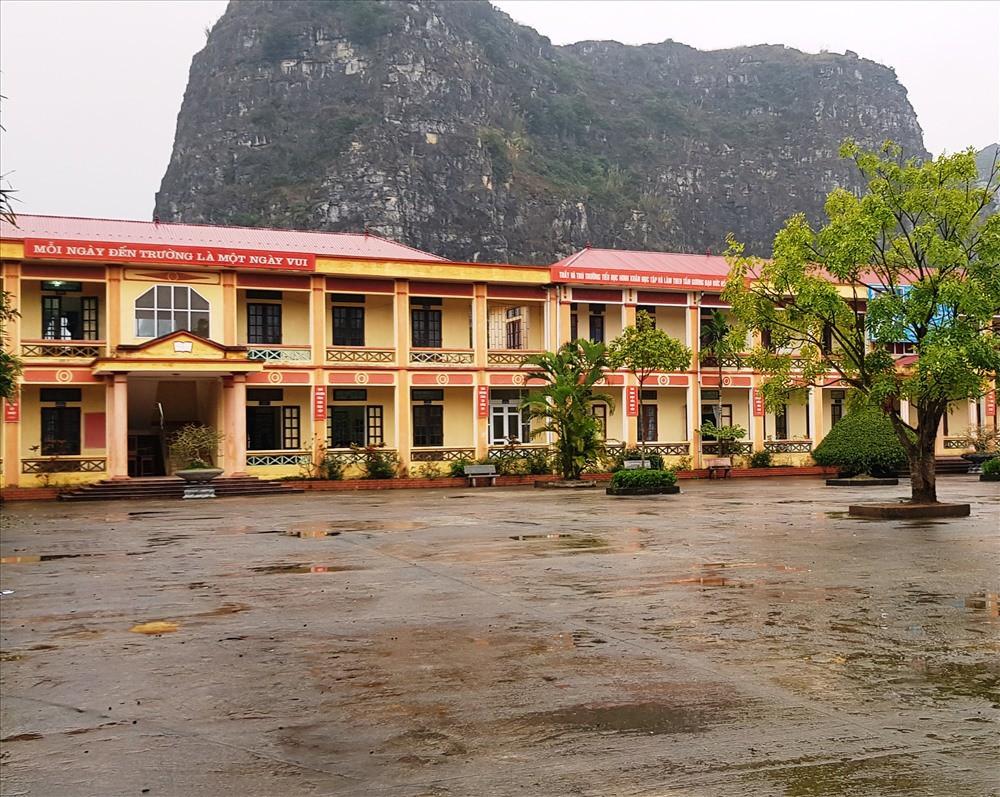 12 học sinh tiểu học bị chó cắn ngay tại sân trường - Ảnh 2.