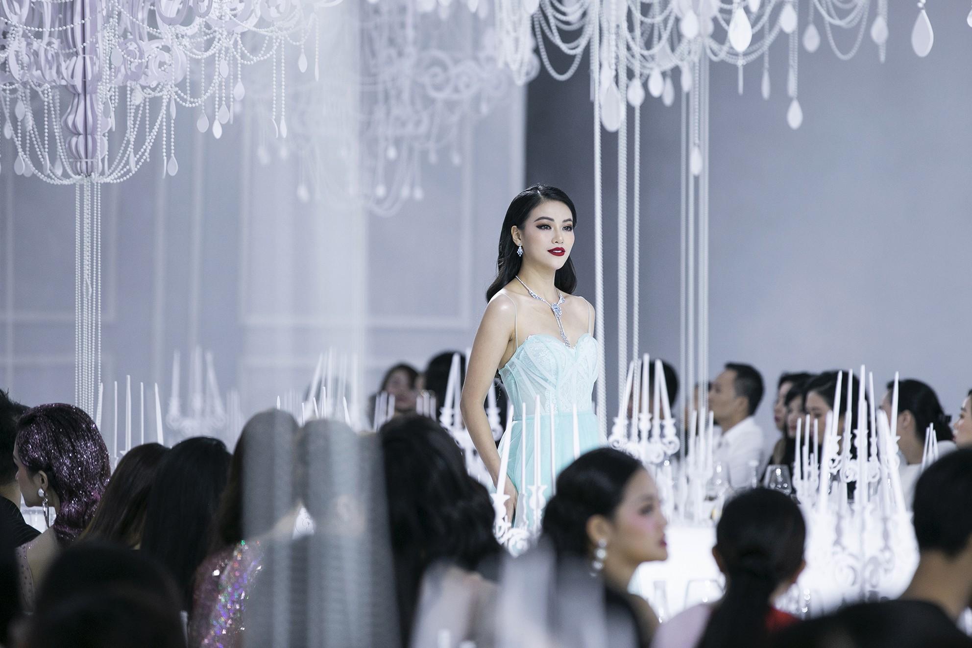 """Lý Quí Khánh mang cả đoàn """"Bông hậu"""" lên sàn diễn, nhưng nổi nhất vẫn là Hà Hồ và Mai Phương Thúy - Ảnh 9."""