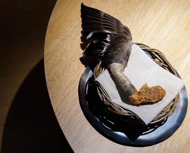 Hết hồn với xu hướng fine dining 2019: phục vụ các loại chim nguyên con chưa vặt cả lông - Ảnh 6.