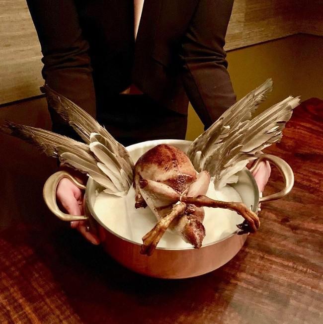 Hết hồn với xu hướng fine dining 2019: phục vụ các loại chim nguyên con chưa vặt cả lông - Ảnh 4.
