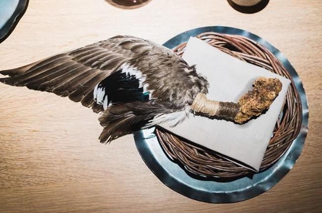 Hết hồn với xu hướng fine dining 2019: phục vụ các loại chim nguyên con chưa vặt cả lông - Ảnh 3.