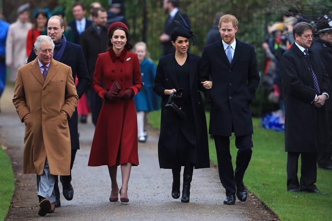 8 tháng làm dâu Hoàng gia, Meghan Markle đã chi tiền mua quần áo gấp 6 lần tủ đồ cả năm 2018 của Kate - Ảnh 1.