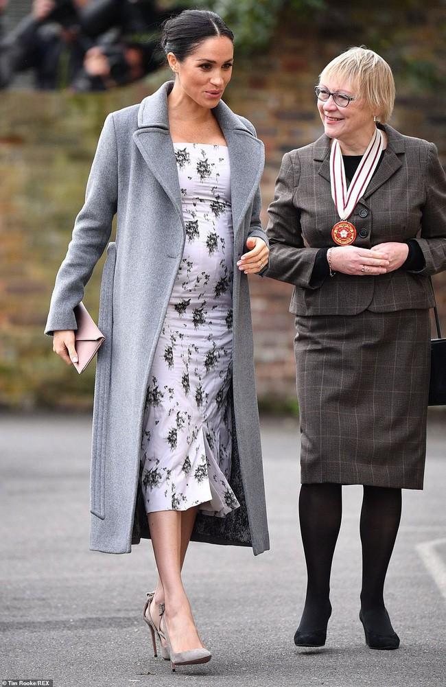 8 tháng làm dâu Hoàng gia, Meghan Markle đã chi tiền mua quần áo gấp 6 lần tủ đồ cả năm 2018 của Kate - Ảnh 2.