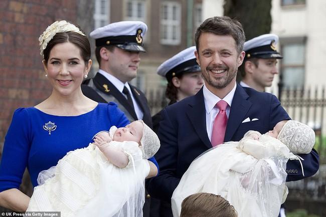 Hai bé sinh đôi Hoàng gia Đan Mạch gây sốt với vẻ xinh xắn khó cưỡng, vượt mặt cả George và Charlotte nước Anh - Ảnh 1.