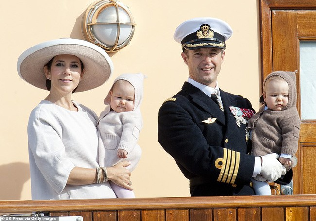 Hai bé sinh đôi Hoàng gia Đan Mạch gây sốt với vẻ xinh xắn khó cưỡng, vượt mặt cả George và Charlotte nước Anh - Ảnh 2.