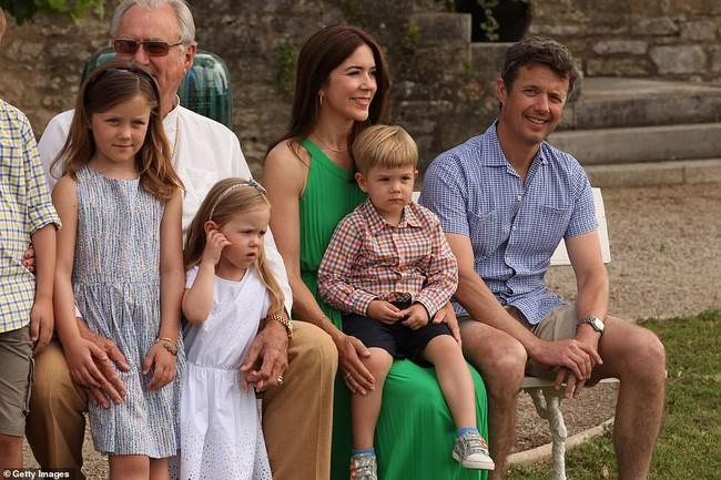 Hai bé sinh đôi Hoàng gia Đan Mạch gây sốt với vẻ xinh xắn khó cưỡng, vượt mặt cả George và Charlotte nước Anh - Ảnh 3.