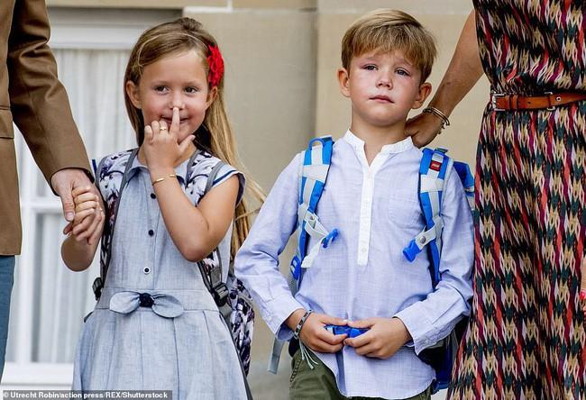 Hai bé sinh đôi Hoàng gia Đan Mạch gây sốt với vẻ xinh xắn khó cưỡng, vượt mặt cả George và Charlotte nước Anh - Ảnh 5.