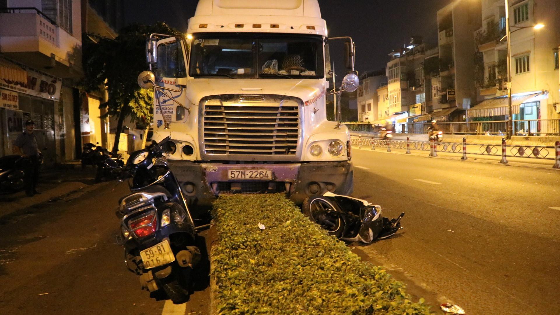 3 người đi xe máy nhập viện trong đó có cô gái trẻ bị thương rất nặng do bị xe container tông.